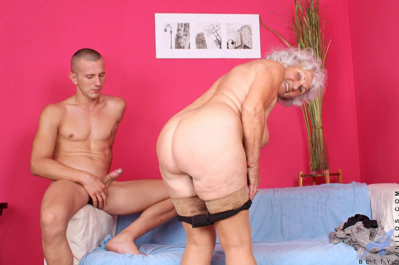 Gloriuos Teenie Seducing A Grandma 1
